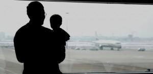 bebe aviao viagem ferias 300x146 Dicas para que seu bebê não sofra com pressão no ouvido nas viagens de avião