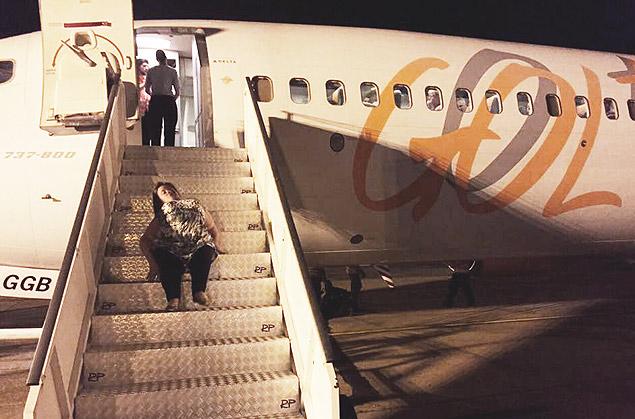 Por falta de equipamento adequado, Katya se arrastou por escada para entrar em avião